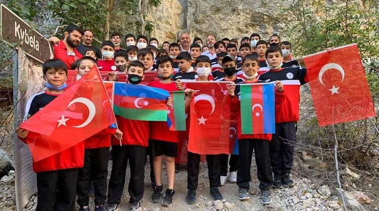 GÜREŞÇİLERDEN AZERBAYCAN'A DESTEK