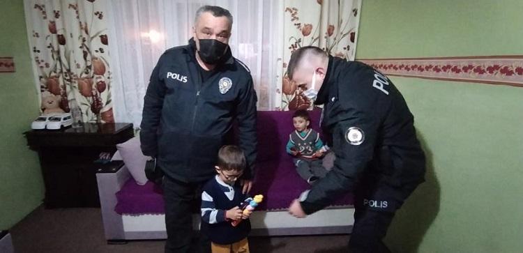 POLİSLER ÇOCUKLARI SEVİNDİRDİ