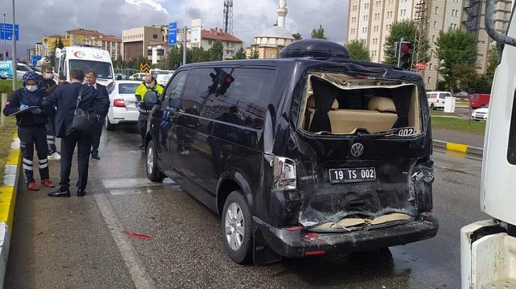 Başkanın aracına kamyon çarptı