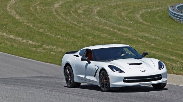 2015-chevrolet-corvette-stingray-front-view-in-motion-track-640x355
