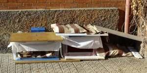 Casetas montadas para que los gatos callejeros se resguarden