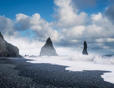 sulla-spiaggia-dei-troll-in-islanda
