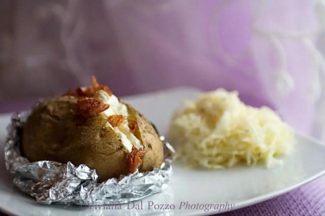 patate al cartoccio bavaresi con insalata di cavolo cappuccio