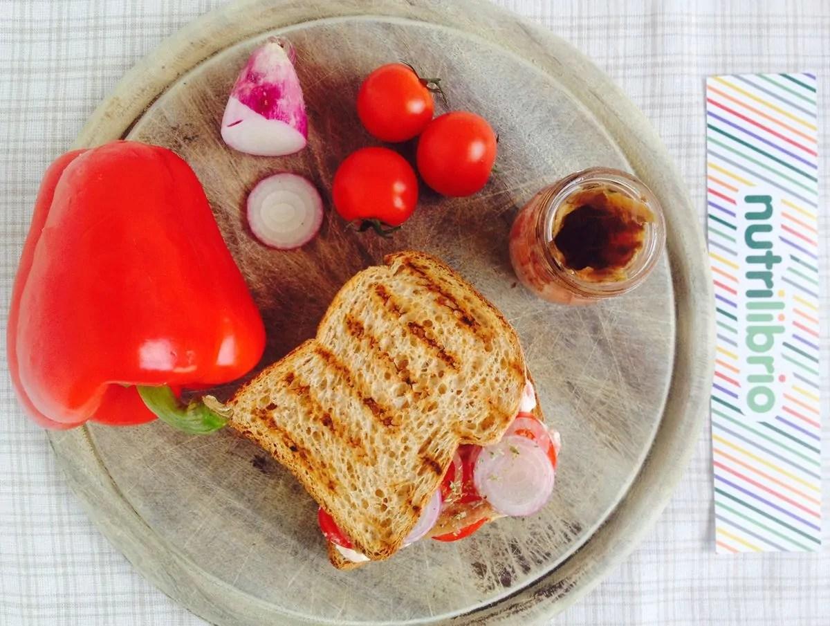 sandwich con crema di ricotta e peperoni