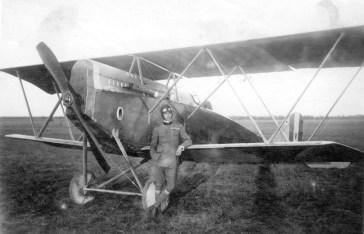 Agosto 1917, in posa davanti ad uno S.V.A.