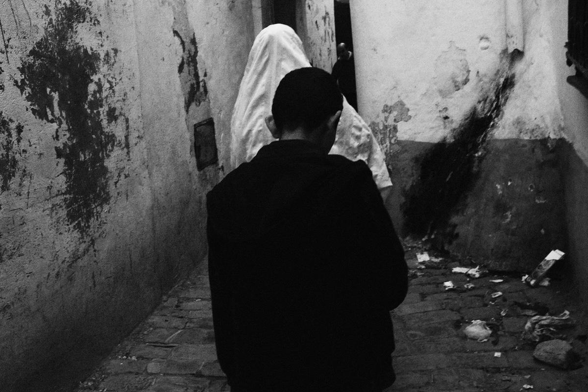 Donna e ragazzo nel vicolo