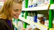 Mulher lê composição INCI de cosméticos, todos ingredientes devem seguir a nomenclatura internacional