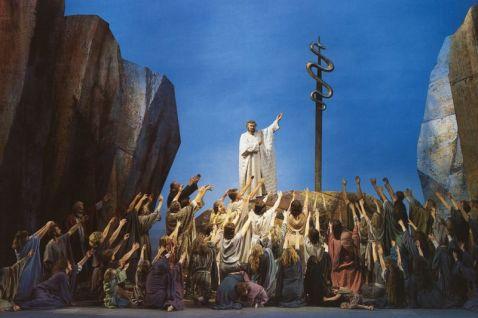 Moses erhöht die Schlange, das Volk soll zu ihr aufblicken, um dem Tod - Gottes Strafe - zu entkommen
