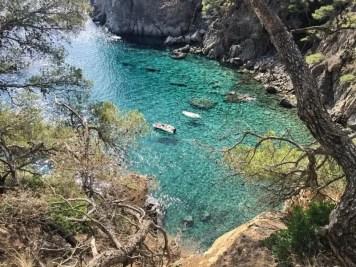 """Das Wasser an der Costa Brava ist so klar, dass man gut erkennen kann, wie die Boote im Wasser """"schweben""""."""