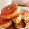 Crochete de cartofi cu ceapa si costita