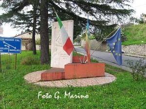 19-monumento-alle-donne-epiche-di-badolato-con-bandiere