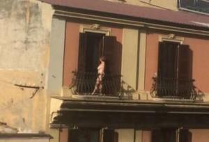 14-una-donna-prende-il-sole-nuda-sul-balcone-a-roma-2019