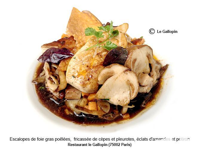 Escalopes de foie gras poêlées, fricassée de cèpes et pleurotes, éclats d'amandes et potiron
