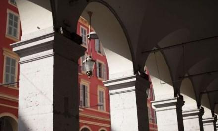 Photo de la semaine : Ombres et couleurs des arches de la place Massena à Nice