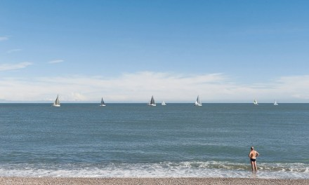 Photo de la semaine : Le baigneur et les voiliers