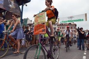 Le Tour Alternatiba pour le climat s'est lancé ce vendredi 5 juin à Bayonne, sous un soleil de plomb et des applaudissements nourris. Il va maintenant parcourir plus de 5 600 kilomètres sur 187 territoires différents pour arriver 4 mois plus tard à Paris, le samedi 26 septembre.