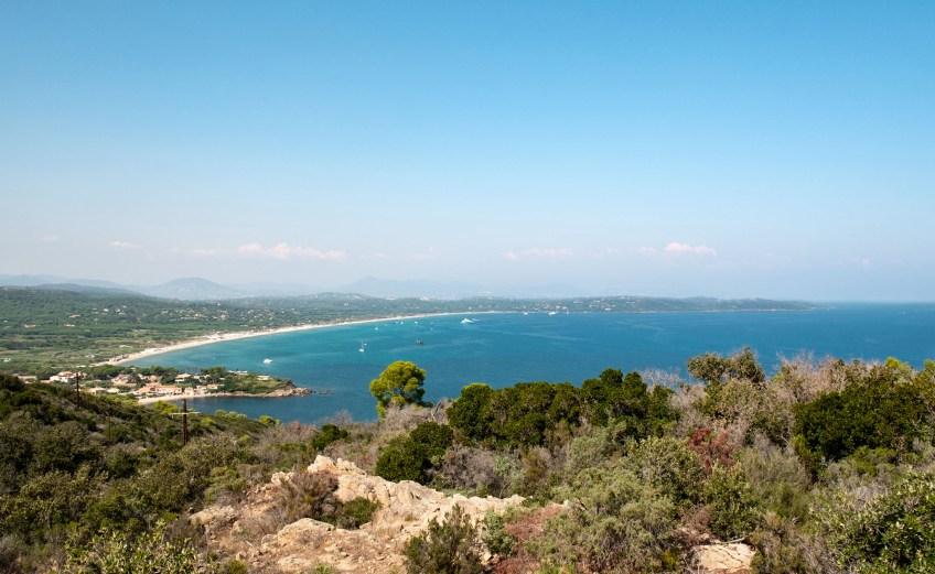 vom sentier littoral am cap camarat aus sieht man auf den plage de pampelonne, den berühmten Strand hinter St. Tropez