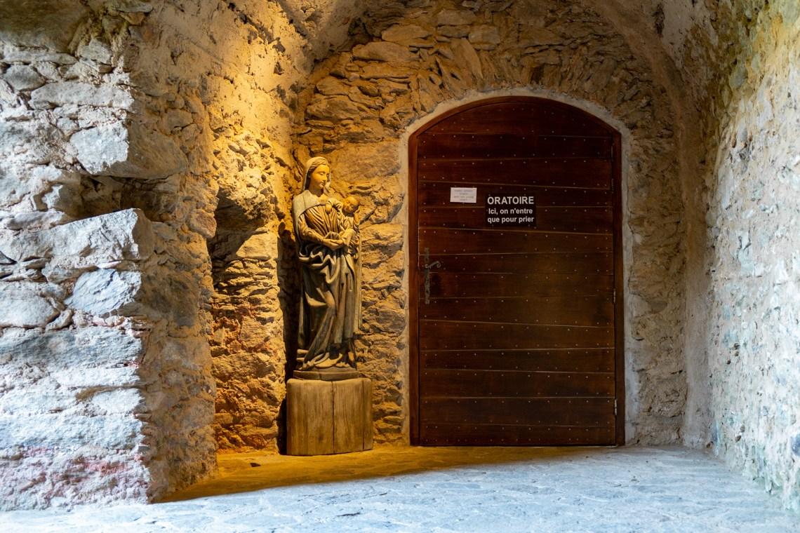 Der Gebetsraum mit Marienstatue davor