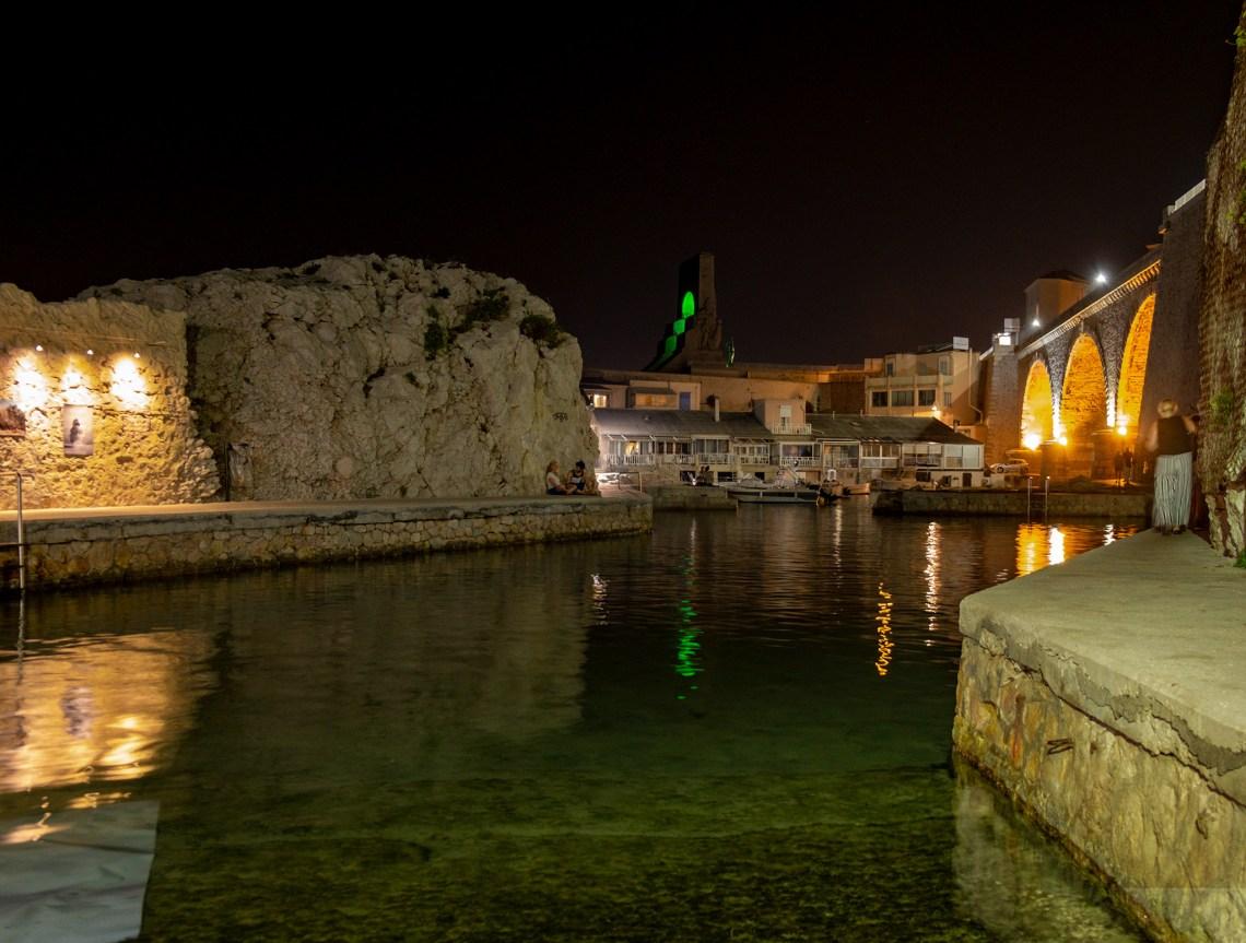 In Marseille findet man abends lauschige Orte, wo alle entspannt zusammensitzen