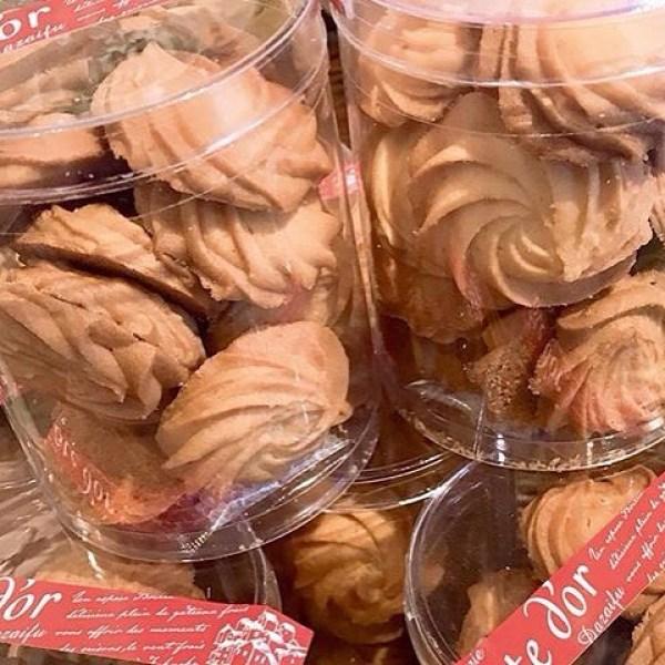 NEWサブレ・サレホロっ、サクっとしたバターたっぷりのクッキー生地に少しだけ塩味を加え焼き上げました1コ食べたらもう1コってやみつきになるクッキーです。サブレ・サレよろしくお願いしますcoted'or大川店.太宰府店の全てのお菓子は素材を大切に沢山生産は致しておりません。贈る方・贈られる方の笑顔を思いながら、おひとつおひとつ心を込めて手作りしております。フレッシュバターを使用したサブレの香りが美味しさを際立てます#cotedorjapan#cotedordazaifu#cotedorokawa#太宰府市#大川市#太宰府スイーツ#大川スイーツ#コートドール#パティスリー#サブレサレ#フランス菓子#seitarokitajima#france#NICE#provence#souvenirs