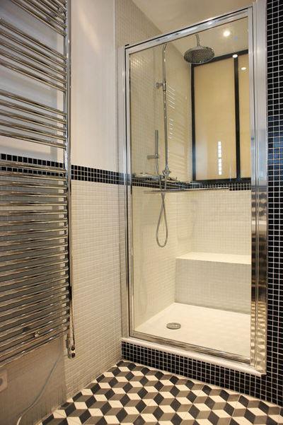 petite salle de bain moderne avec
