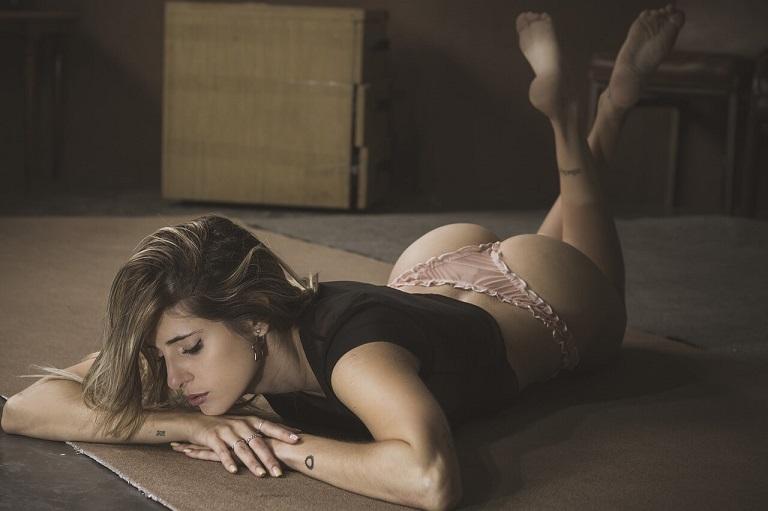femme sexy en string érotique