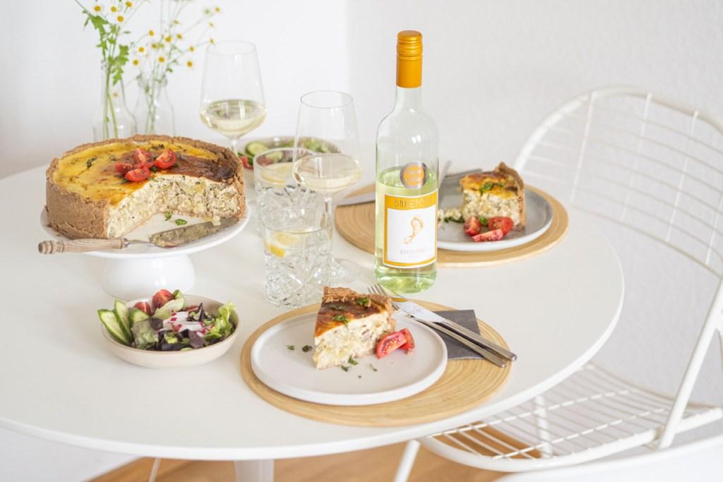Barefoot Reisling Pfalz Weißwein Zwiebelkuchen mit Bratwurst und Fenchel Rezept