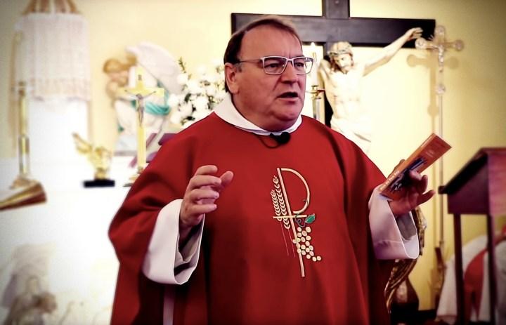 Fr. Michel Rodrigue susqunluğunu pozur və piskoposlara və sadiqlərə cavab verir
