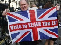A vote leave supporter holds a Union flag, following the result of the EU referendum, outside Downing Street in London, Britain June 24, 2016.     REUTERS/Neil Hall - RTX2HXAD
