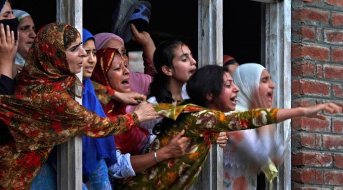 kashmir-women-cry