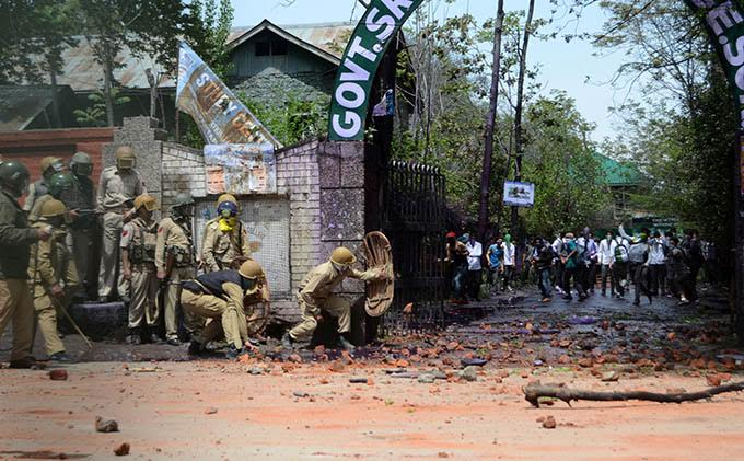 kashmir=SP-school-clashes