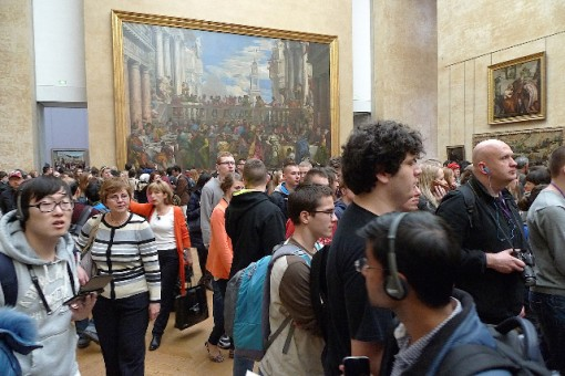 stampede in front of old pop of Mona Lisa, in Louvre