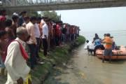 गंडक में डूबे बच्चे का शव नदी से एसडीआरएफ की टीम ने निकाला।