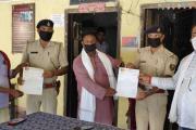 बिहार भाजपा अध्यक्ष सह सांसद संजय जायसवाल ने साठी थानाध्यक्ष को प्रशस्ति पत्र देकर सम्मानित किया