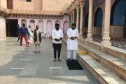 मथुरा विवाद : नंदबाबा मंदिर में मुस्लिम यात्रियों ने पढ़ी नमाज, सोशल मीडिया पर फोटो वायरल