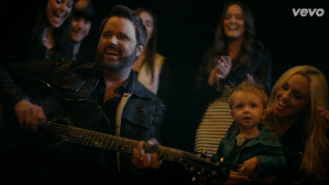 """Randy Houser Premieres """"Goodnight Kiss"""" Video Today"""