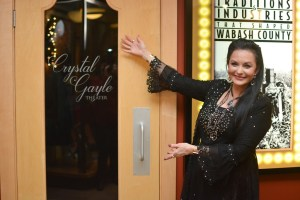 Crystal Gayle returns to her Indiana roots, Museum dedicates theater in honor of hometown hero