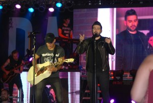 Dan + Shay know how to bring the crowd to its feet