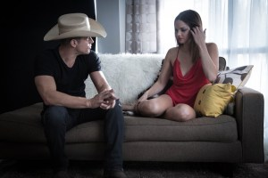 "Dustin Lynch premieres sizzling video for chart rising single ""Seein' Red"""