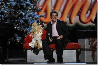 Vince-Gill-and-Miss-Piggy-CMA-Country-Christmas-2011-CountryMusicIsLove-1024x681