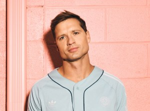 """Rising Country Star, Walker Hayes, reminisces about """"90's Country"""" with the premiere of his new single on """"Good Morning America"""""""