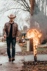 "Dustin Lynch world premieres firey ""Momma's House"" video"