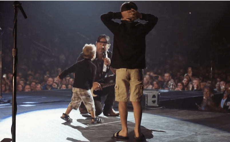"Sweet Surprise! Lee Brice's Sons Climbed On Stage While Singer Performs ""Boy"" 2"
