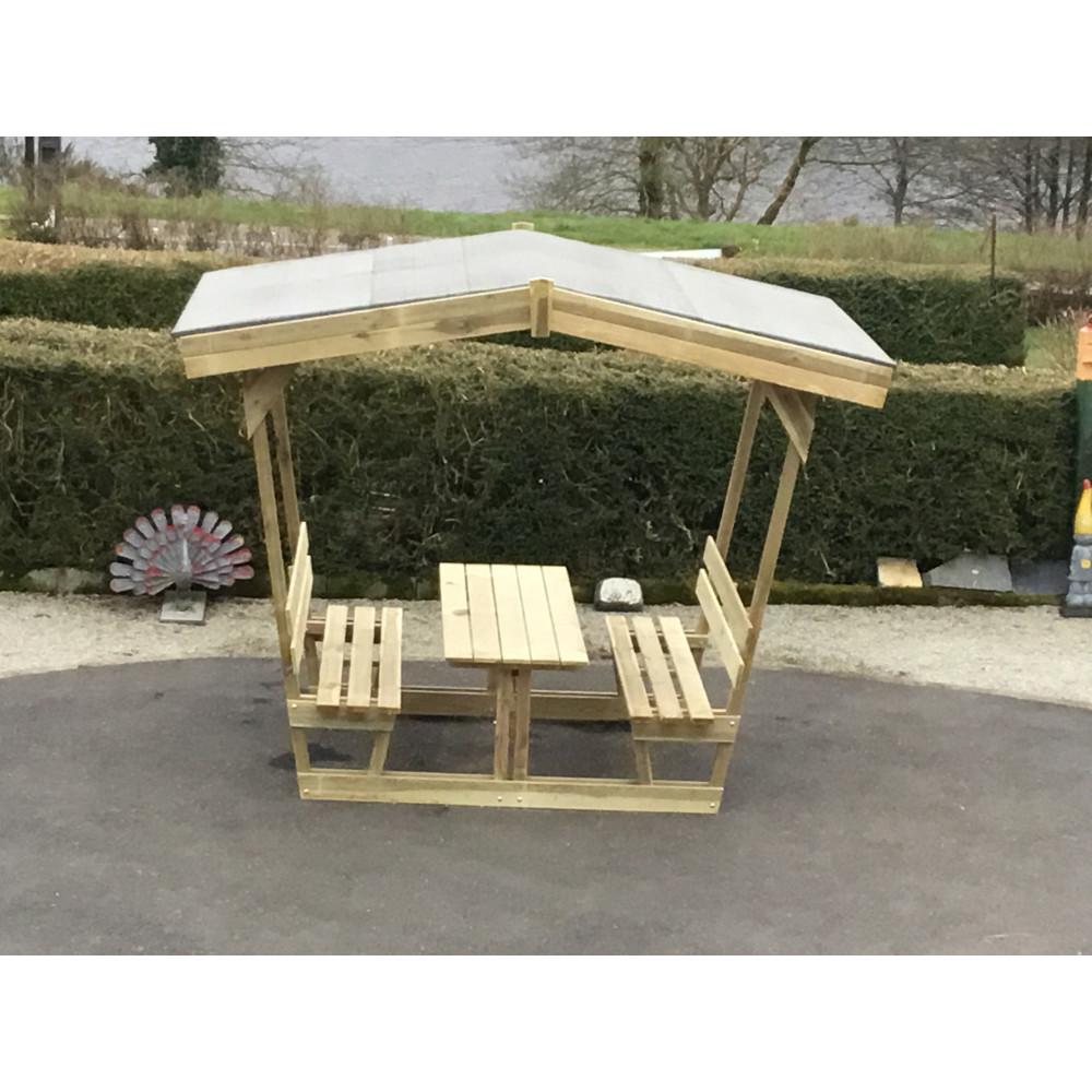 table en bois avec bancs et tonnelle