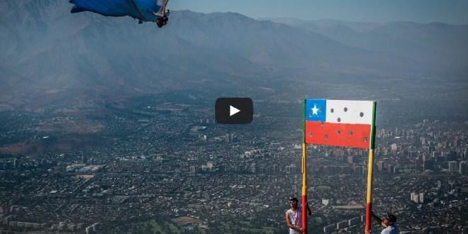 base jumper Sebastien alvarez qui rentre dans un drapeau au chili