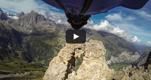 Uli emanuele en train de sauter en base jump