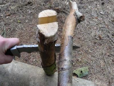 (1) Fendre le bois avec un couteau et un baton