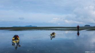 Premiers coups de pagaie dans l'océan et première surprise: à la faveur d'une grande marée, l'eau dispraît sous nos Kayks et on se retrouve rapidement sur le fond marin. Nous n'avons plus qu'à attendre que la mer remonte!