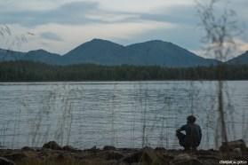 Vaisselle du soir et moment de méditation devant l'océan, les montagnes et les forêts infinies