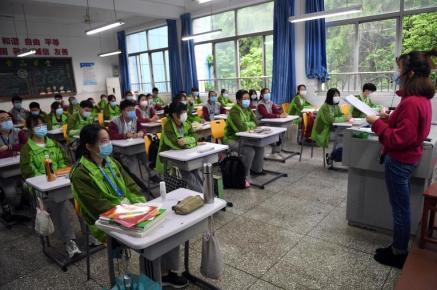 Des étudiants du secondaire ont repris le chemin de l'école, le 20 avril 2020, à Chongqing (Chine). PHOTO / Cui Jingyin / Imaginechina via AFP.